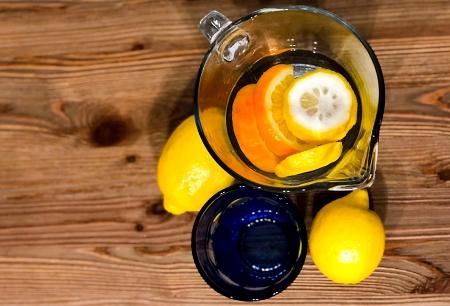 Zdrowy początek dnia woda z cytryną
